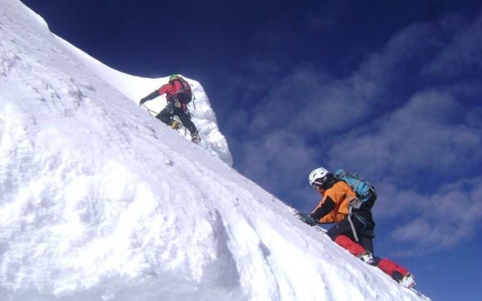 Climbing Urus 5,490m. + Ishinca 5,560m + Tocllaraju 6,030m /  / Joinnus