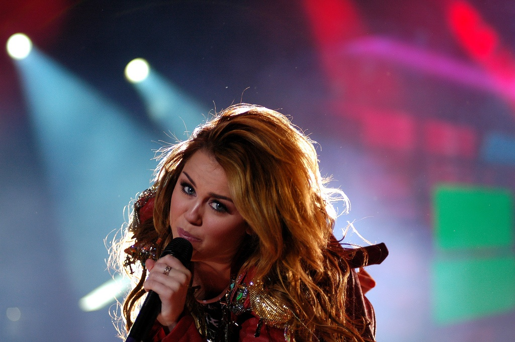 14 Famous Singers Who Can't Sing Live - Karaoke Bananza