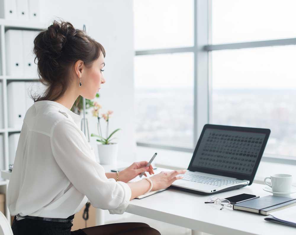 Mujer solicitando un crédito en línea