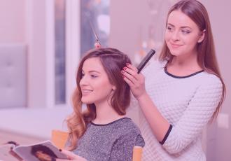 Emprendedora trabajando para mantener felices a sus clientes