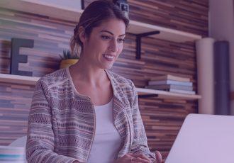Mujer solicitando un crédito para negocios