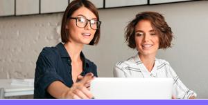 Mujeres revisando el plan financiero de su pyme