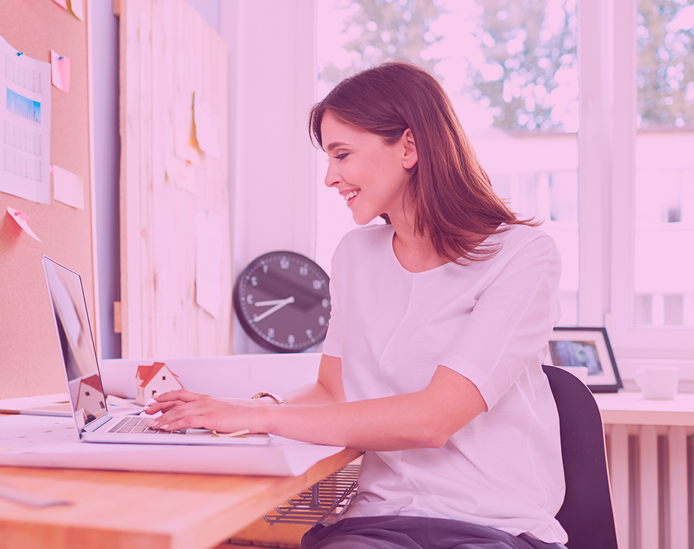 Emprendedora revisando historial de crédito en laptop