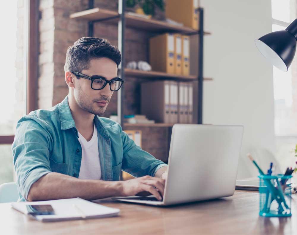 Joven en computadora aprendiendo de finanzas para emprendedores