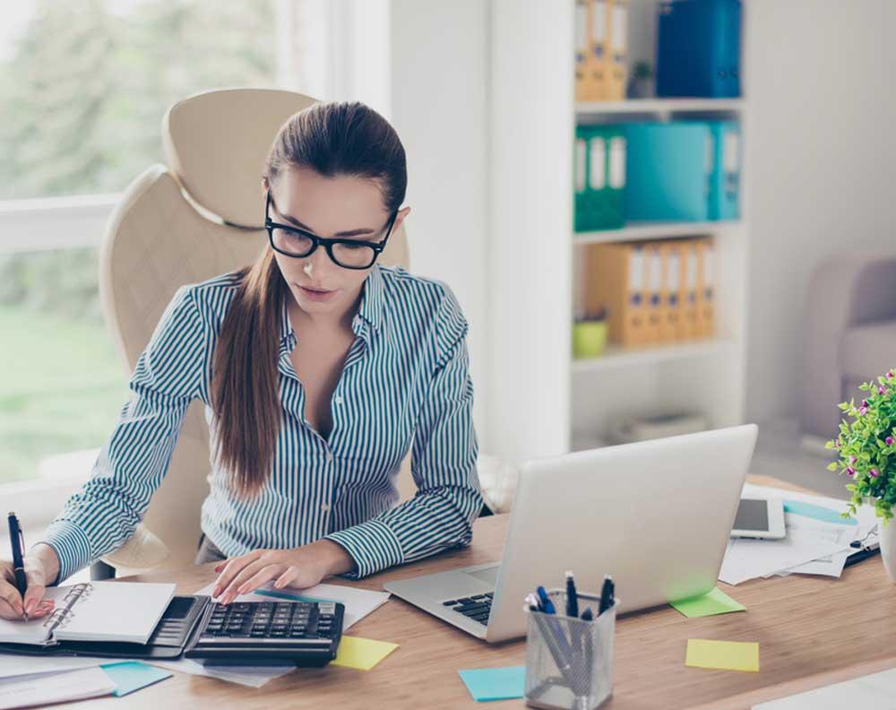 Mujer joven tratando de definir un crédito para un simulador de préstamos para su negocio