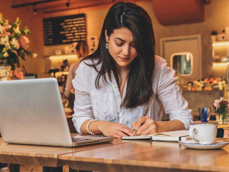 Mujer joven realizando una estrategia de publicidad para implementar en su pyme