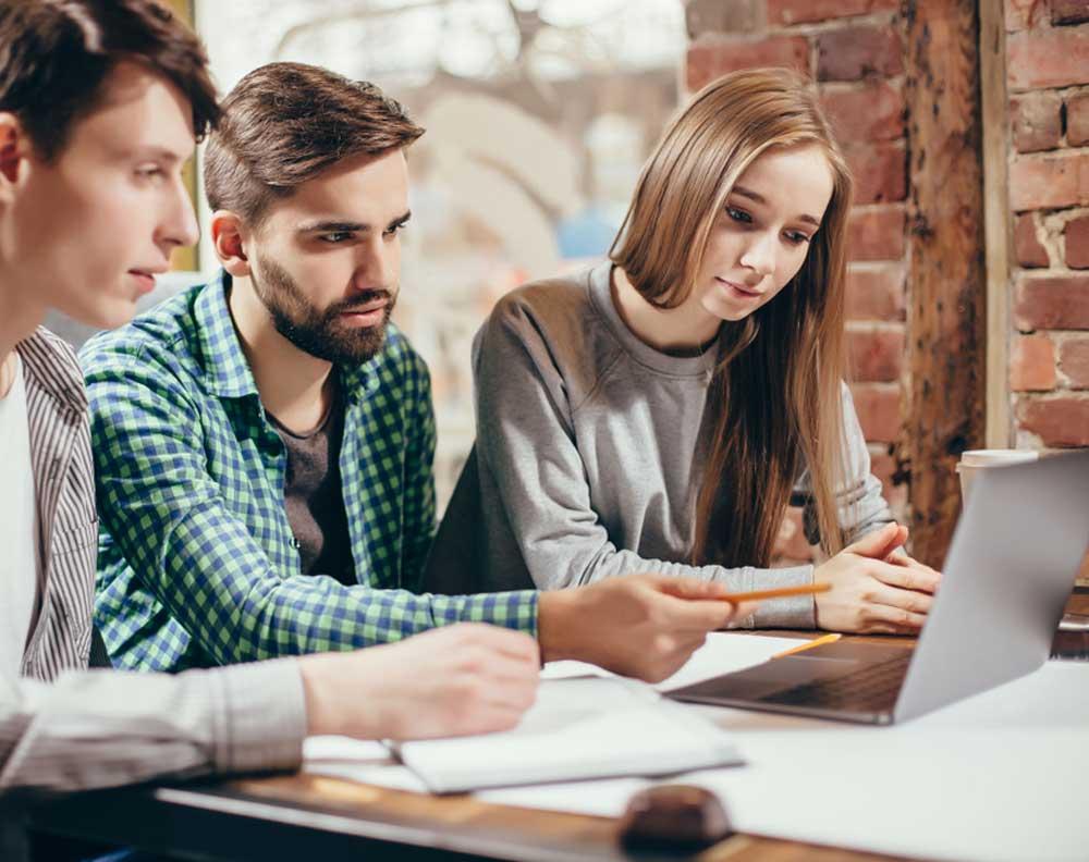 Jovenes emprendedores evaluando el impacto de los prestamos en linea para las pymes