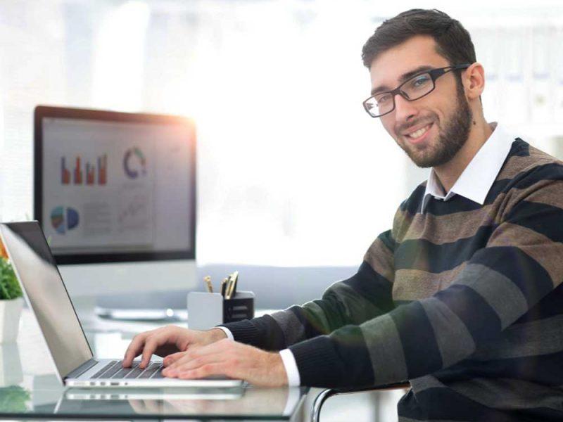 Hombre joven tratando de mejorar las finanzas de su pyme con herramientas digitales