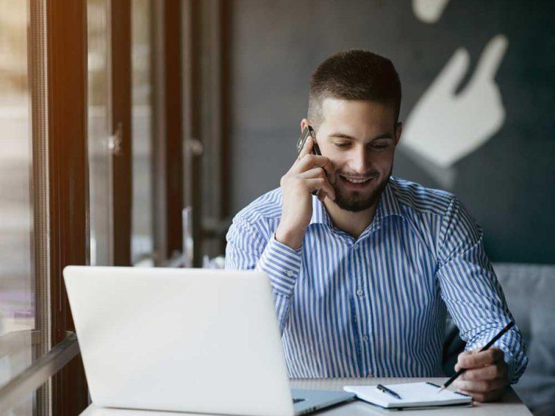 Hombre joven eligirndo el crédito en línea correcto para su pyme