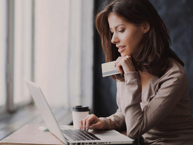 Muejr joven buscando financiamiento sin problemas para su pyme