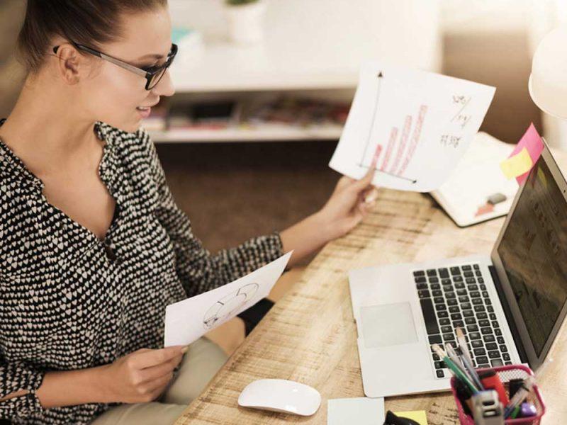 Muejr joven evaluando los gastos de su pyme para pedir un financiamiento