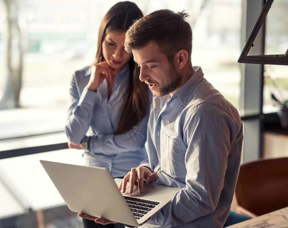 Emprendedores jovenes interpretando su buró de crédito