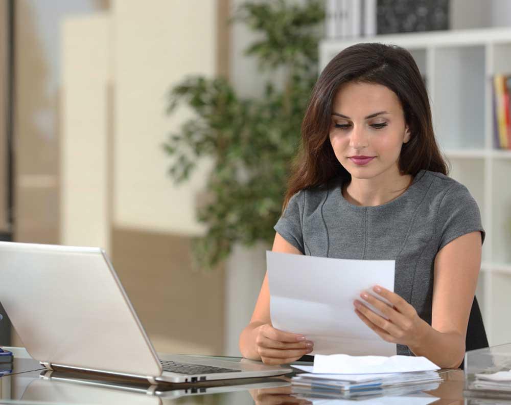 Mujer joven evaluando el proyecto de su negocio para pedir un crédito