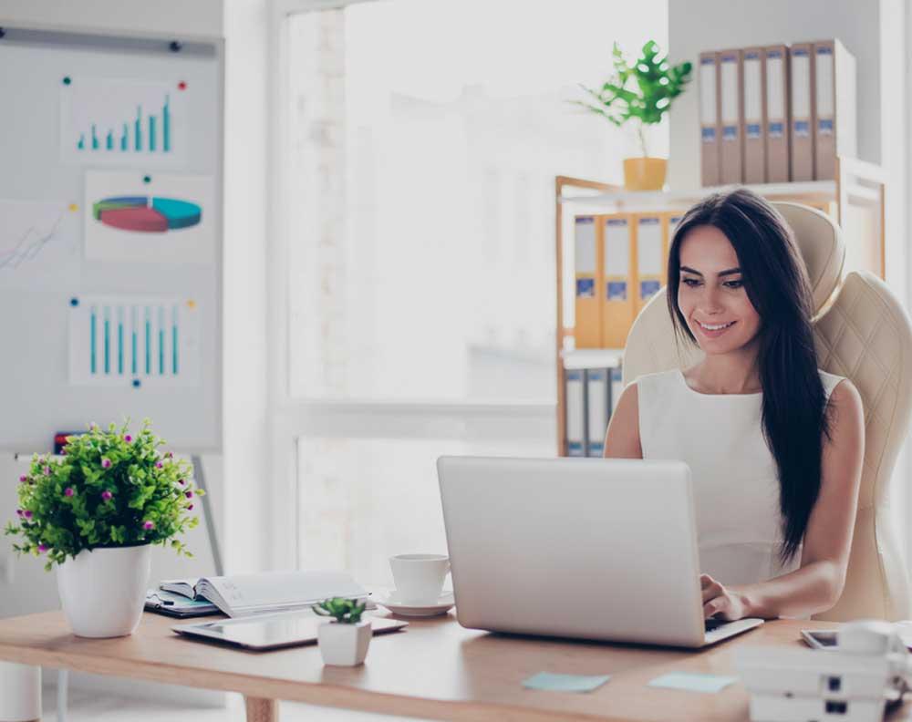 Muejer joven emprendedora revisando su historial crediticio paso a paso