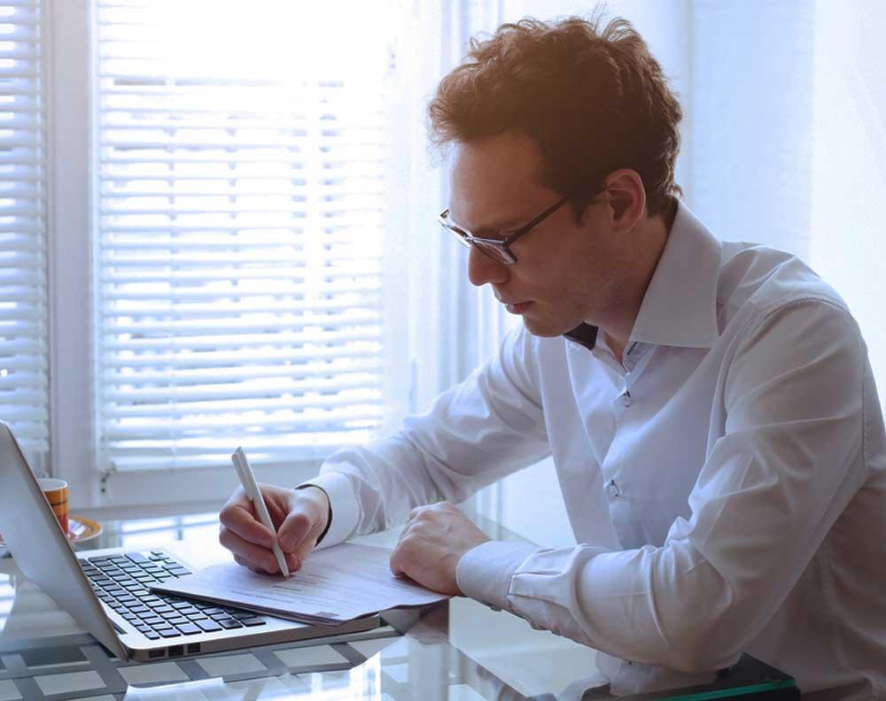 Hombre joven tratando de mejorar su historial de crédito