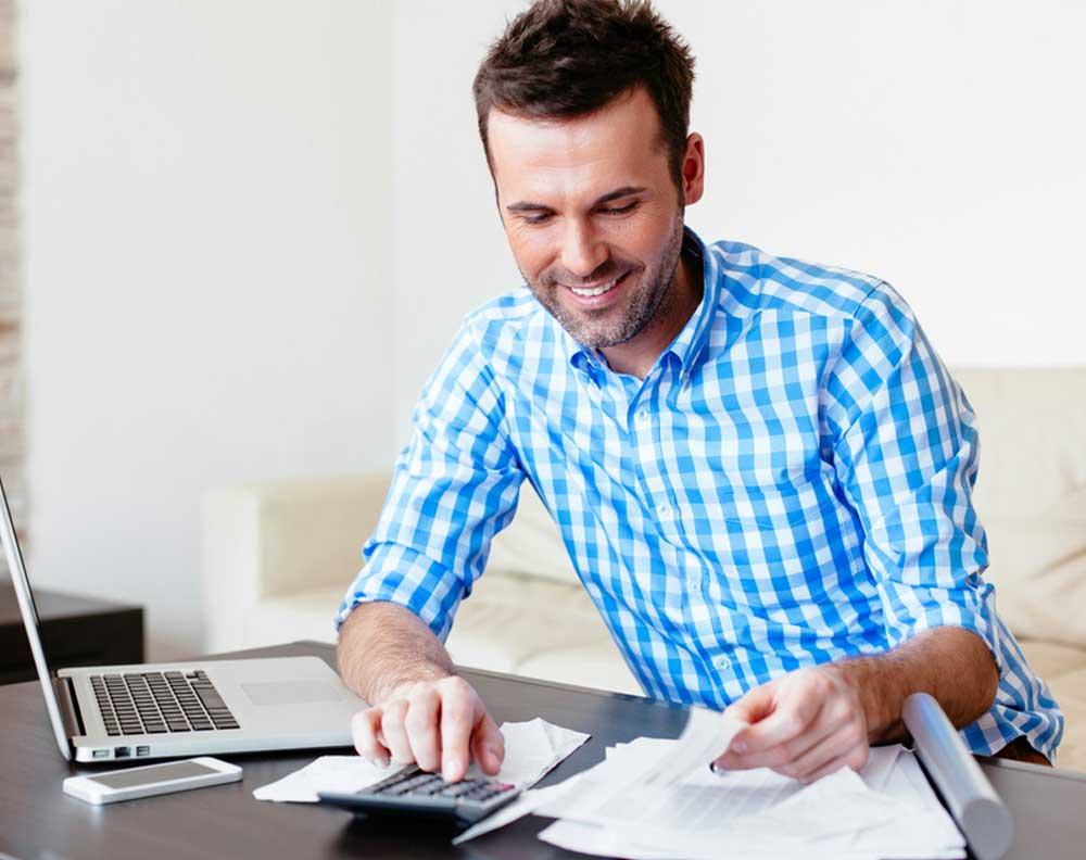 Emprendedor utilizando un crédito para negocios en temporada de vacaciones