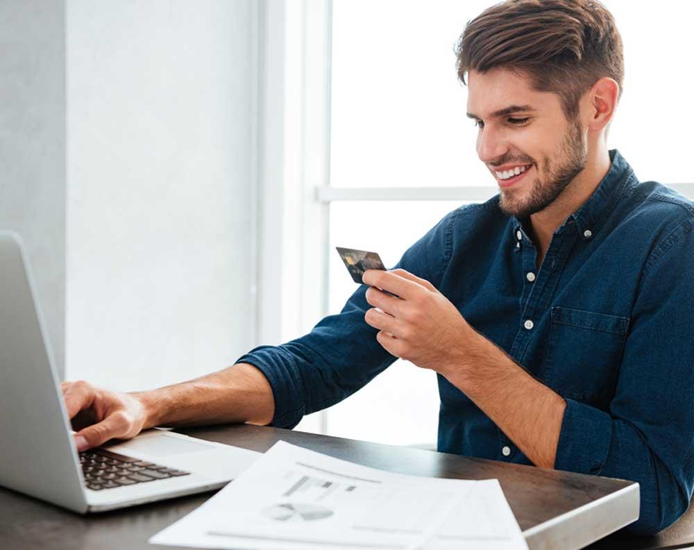 Emprendedor financiando su pyme con tarjeta de crédito y no un financiamiento correcto