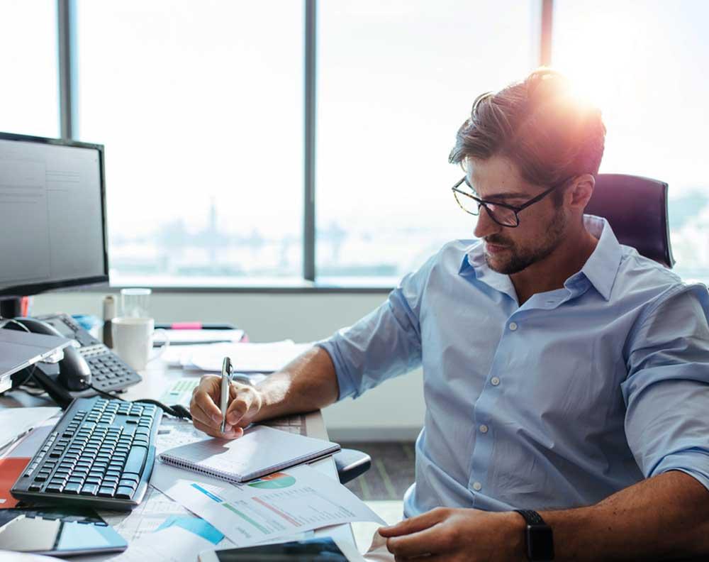 Hombre joven tratando de emprender investigando sobre finanzas