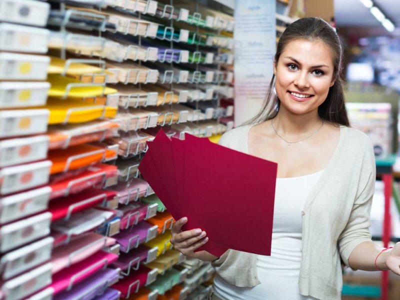 Mujer joven dueña de papelería pensando en solicitar un crédito de negocios