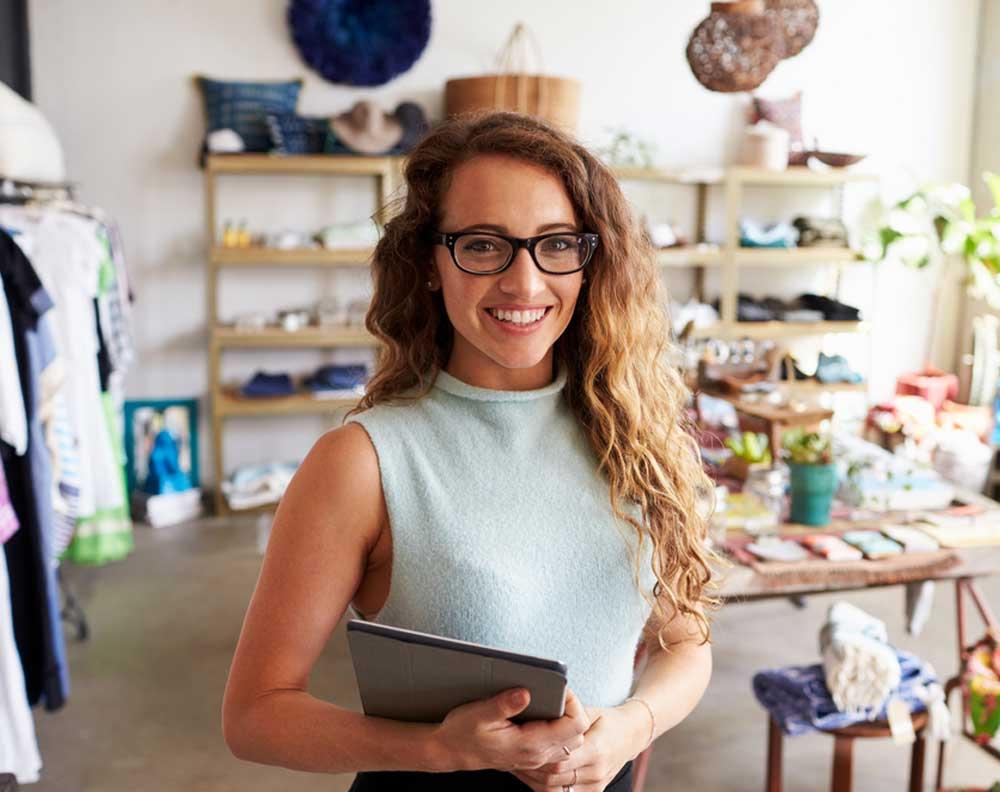 Mujer emprendedora evaluando su pyme para solicitar un crédito empresarial