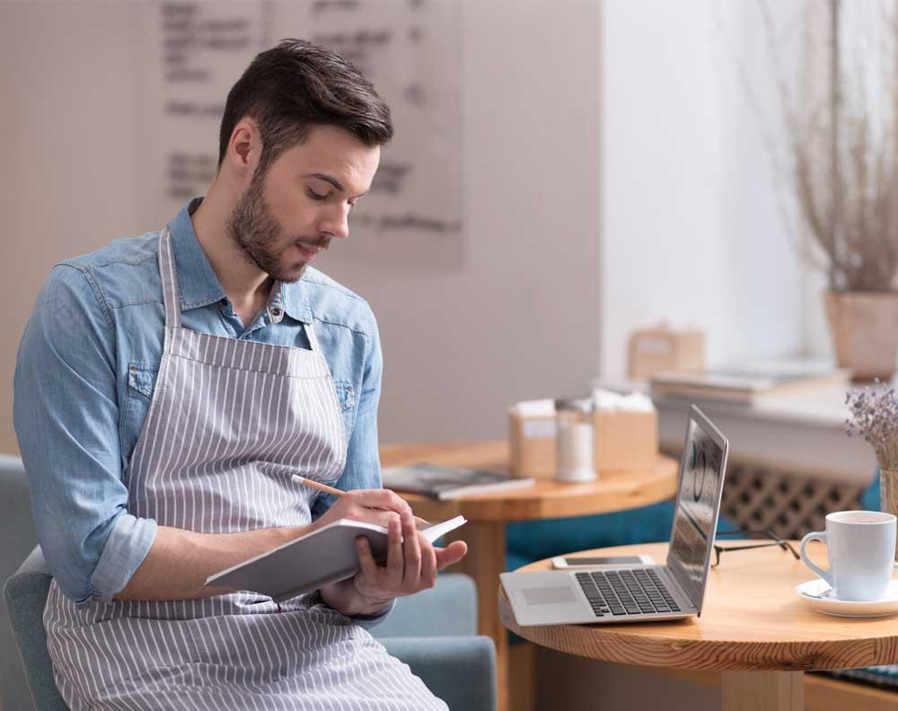 Emprendedor pagando credito desde computadora