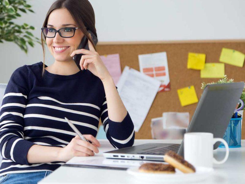 Mujer emprendedora tratando de darle valor a su pyme con el uso de un crédito para negocio