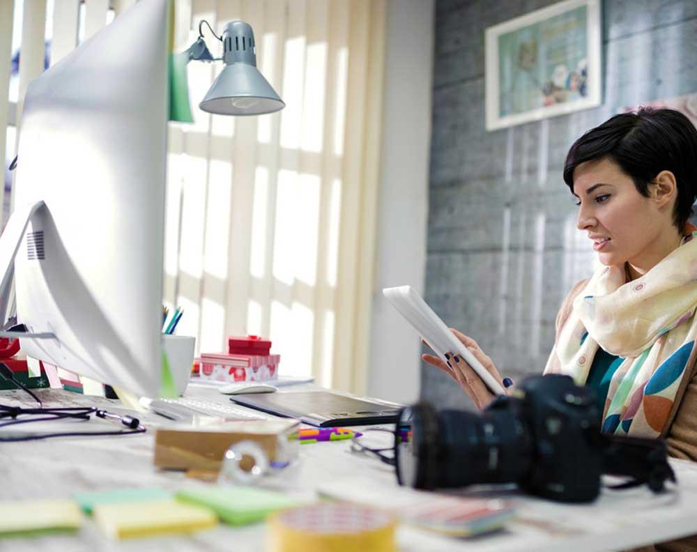 Freelancer viendo en qué utilizar un crédito para su negocio