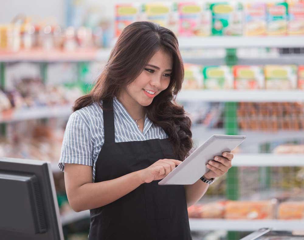 Dueña de tienda de abarrotes tratando de solicitar un crédito en línea