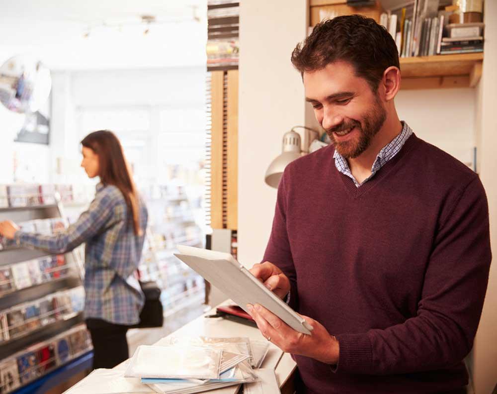 Emprendedor dueño de pyme investigando qué implica solicitar un crédito para su negocio