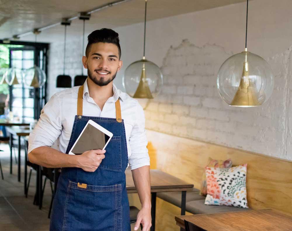 Emprendedor buscando qué tipo de crédito le conviene más para su negocio