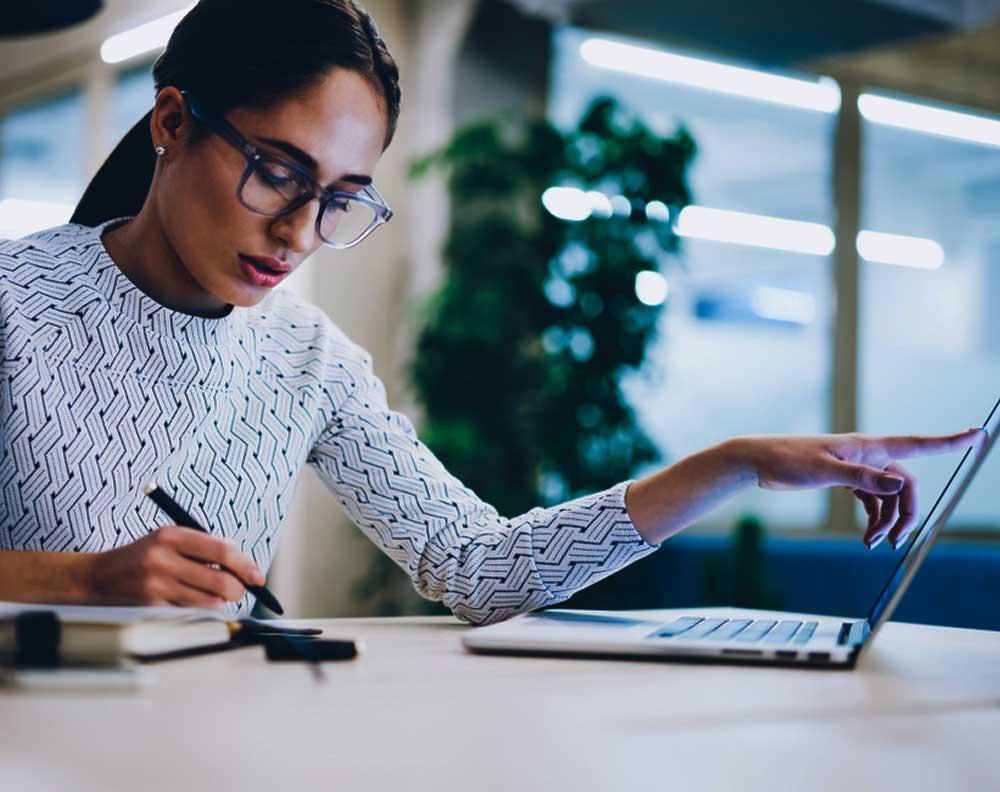 Emprendedora conociendo la diferencia entre un crédito para negocios y uno personal