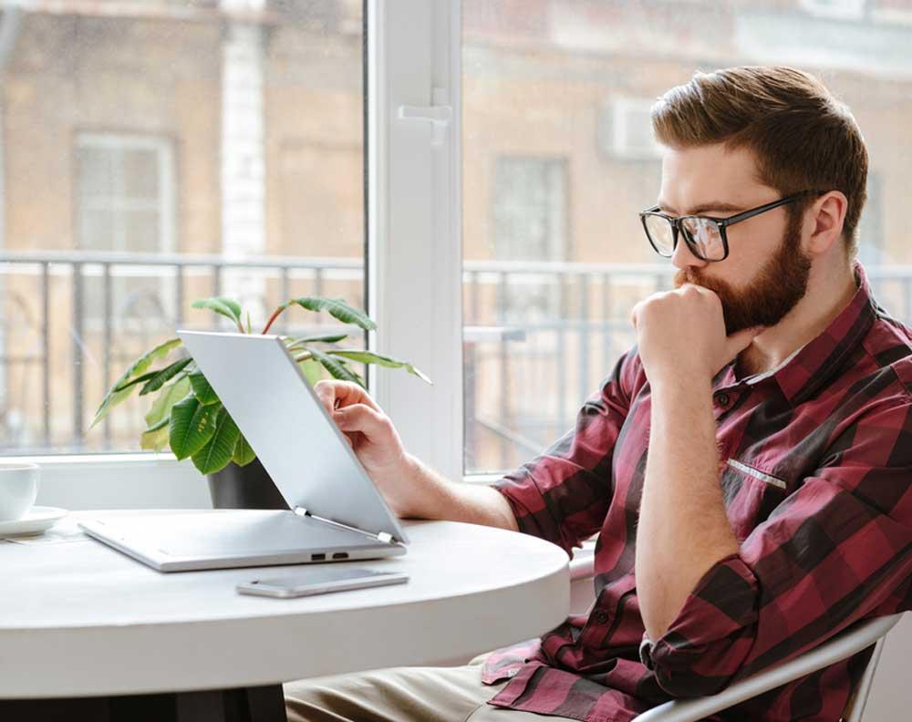 Hombre joven investigando un préstamo seguro en línea o internet