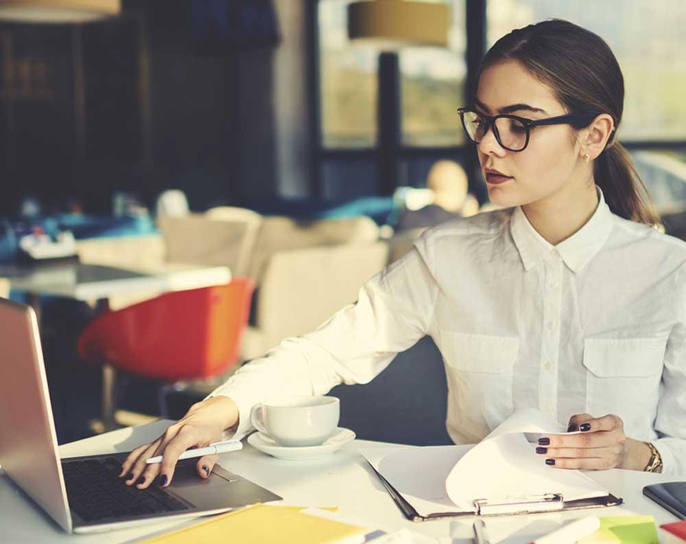 Emprendedora manejando su crédito para pequeños negocios