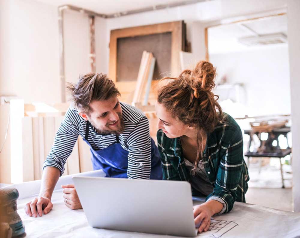 Emprendedores revisando su buró de crédito para obtener un nuevo préstamo para su pequeño negocio