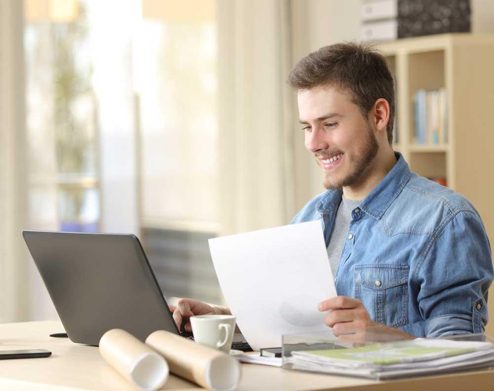 Emprendedor decidiendo si financiar su negocio con un crédito pyme o leasing