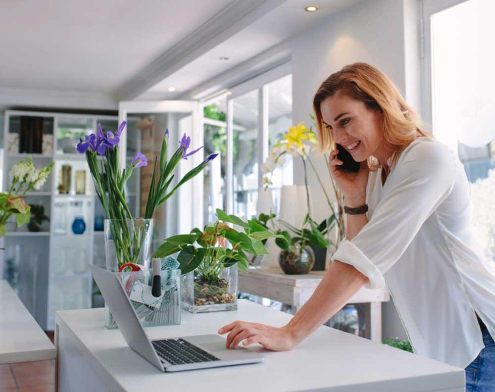 Emprendedora buscando información sobre el financiamiento para negocios