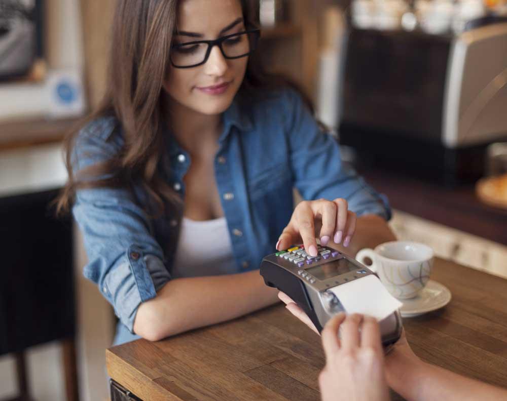 Cliente feliz porque el negocio donde esta puede aceptar pagos digitales