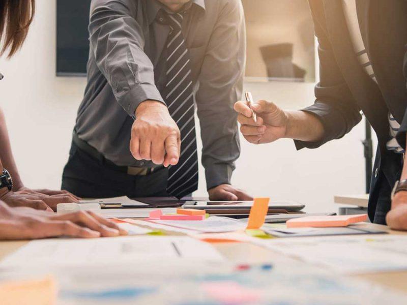 Emprendedor planificando lo que debe hacer con su crédito para empresas