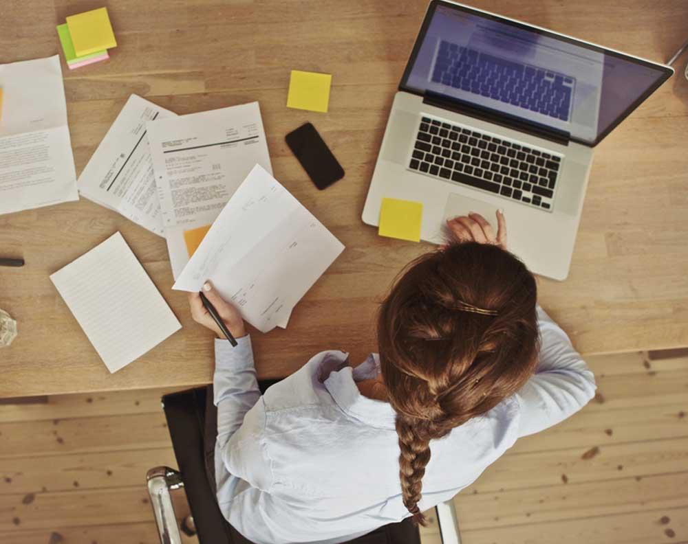 Emprendedora tratando de cumplir con los requisitos para solicitar un préstamo para negocios