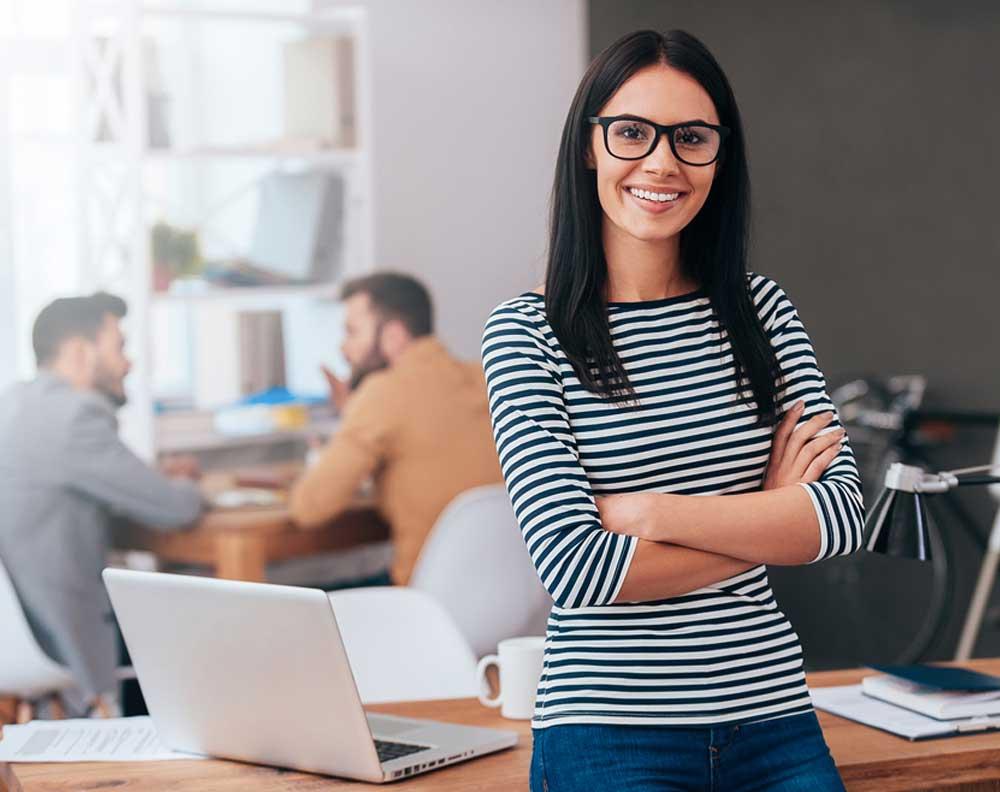 Emprendedora llevando a cabo los mejores tips para gestionar una pyme
