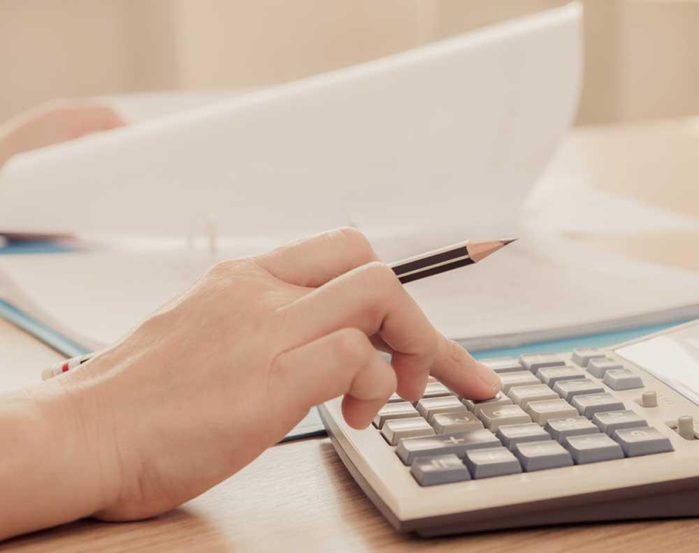 Emprendedora calculando para disminuir los gastos de una pyme