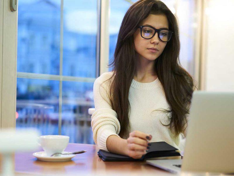Mujer joven investigando la diferencia entre clabe interbancaria y número de tarjeta