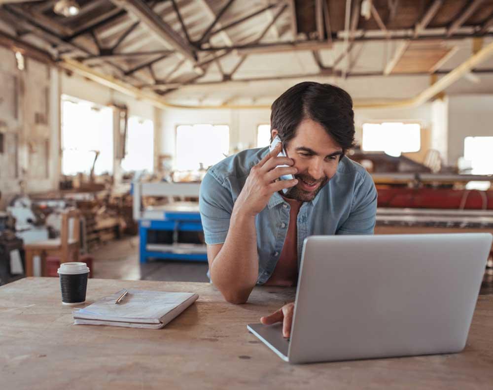 Emprendedor conociendo cómo aprovechar un crédito de negocios para expandir una pyme