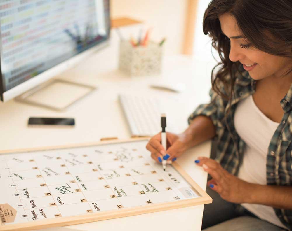 Mujer emprendedora utilizando un plan para manejar un financiamiento pyme adecuadamente
