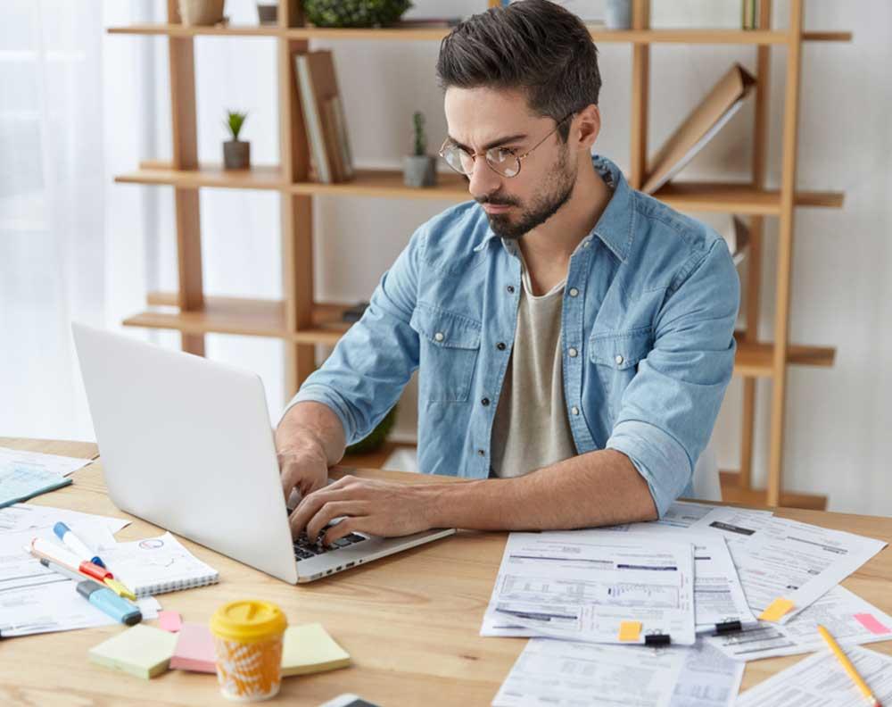 Emprendedor buscando el financiamiento para ayudar a su negocio