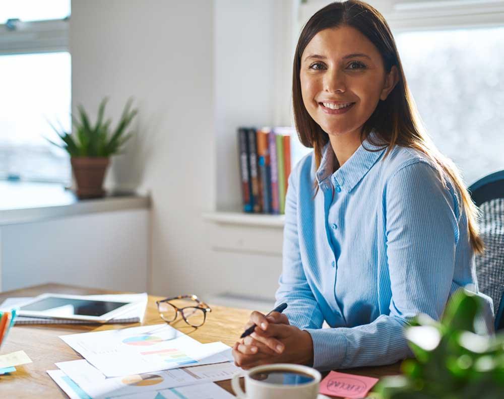 Emprendedora tratando de incrementar el valor de su pyme con la ayuda de un crédito