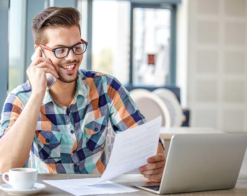 Joven buscando tips financieros para emprendedores