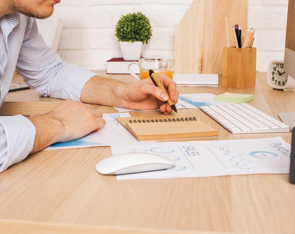 Emprendedor tratando de saber en qué proyectos se puede utilizar un crédito para negocios