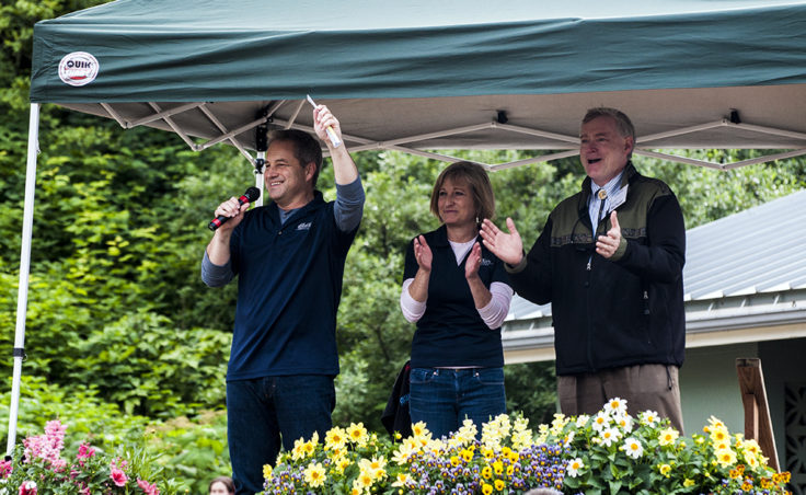 Governor Sean Parnell, Sandy Parnell and Lieutenant Governor Mead Treadwell welcome visitors to the picnic.