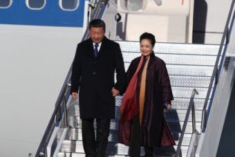 Chinese President Xi Jinping and First Lady Peng Liyuan arrive in Anchorage. They were greeted by Governor Walker and Lt. Gov. Mallott.
